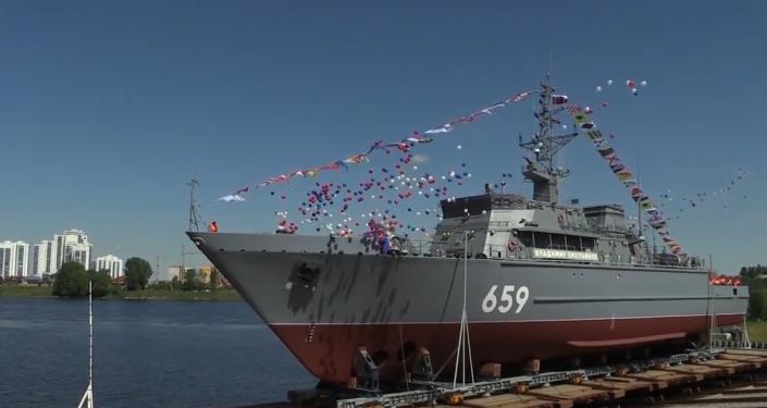 Obranná loď s největší monolitickou sklolaminátovou kostrou na světě byla poprvé spuštěna na vodu (VIDEO)