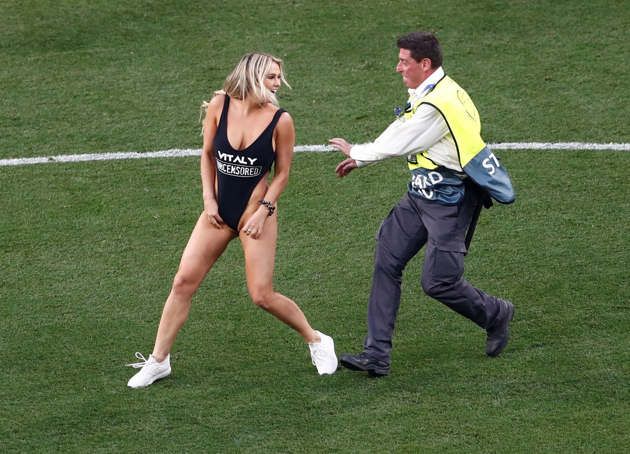 Dívka vběhla na hřiště během finále Ligy mistrů mezi Liverpoolem a Tottenhamem