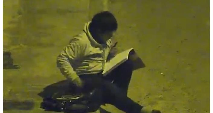 Podnikatel pomohl chudému chlapci, který dělal domácí úkoly pod pouliční lampou, protože doma neměl elektřinu (VIDEO)