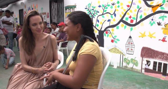 Vyslankyně OSN Angelina Jolie se setkala s venezuelskými migranty na kolumbijské hranici