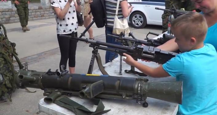 NATO prezentovalo svá vojenská vozidla lotyšským dětem. Zúčastnili se i čeští vojáci (VIDEO)