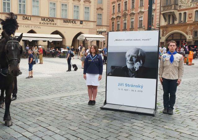 Lidé v Praze se loučili se spisovatelem Jiřím Stránským
