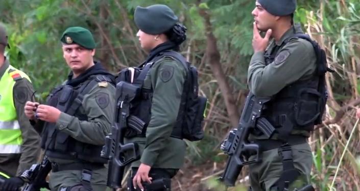 Hranice jsou otevřeny. Policejní jednotky z Kolumbie hlídají hranice s Venezuelou kvůli vlně migrantů (VIDEO)
