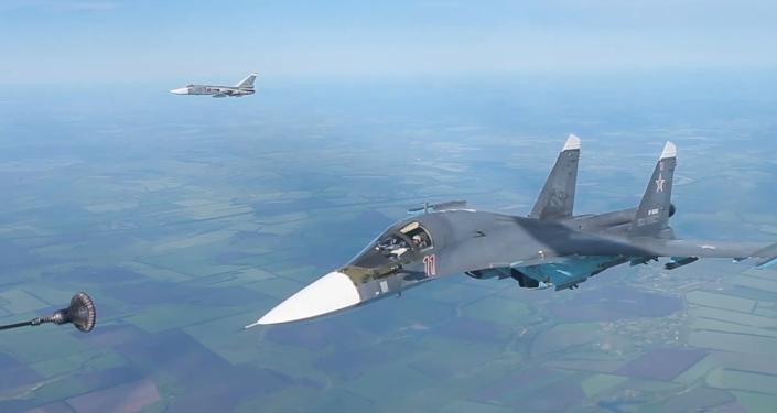 Tankování za letu: Letectvo Západního vojenského okruhu nacvičovalo dálkové lety (VIDEO)