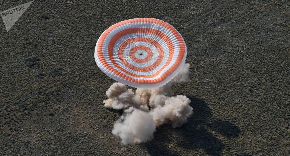 Přistání návratového modulu pilotované lodě Sojuz MS-11 s mezinárodní posádkou