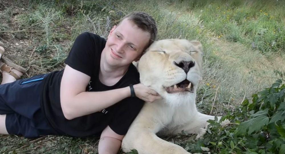 S dravcem v rukou. Turisté překonávají strach, aby se vyfotografovali s bílou lvicí