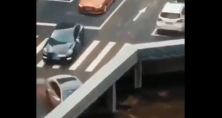 """Video s """"mizejícími"""" vozy se v Indii stalo virálním"""