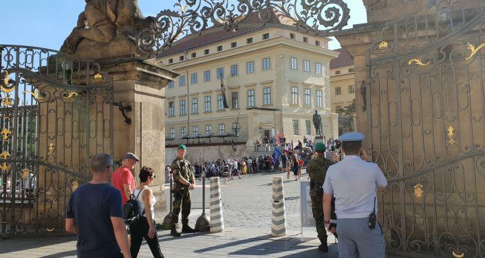 Demonstrace na Hradčanském náměstí svlékla krále. Došlo i na temné síly nacismu a Bibli...