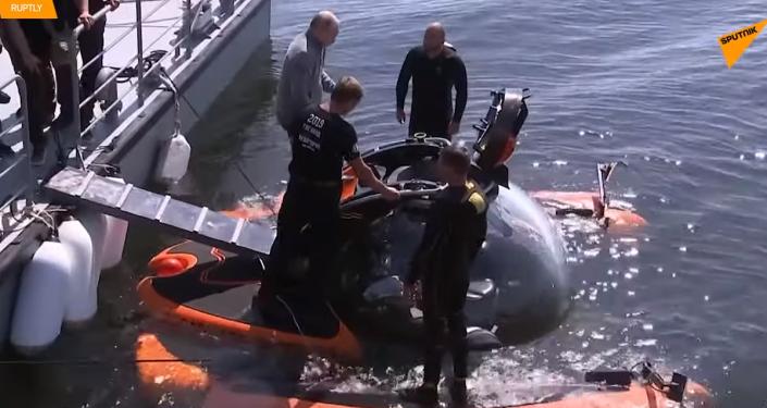 Putin sestoupil v batyskafu k místu potopení ponorky doby Druhé světové války