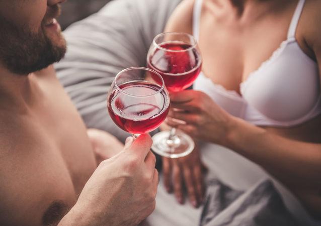 Pár pije víno