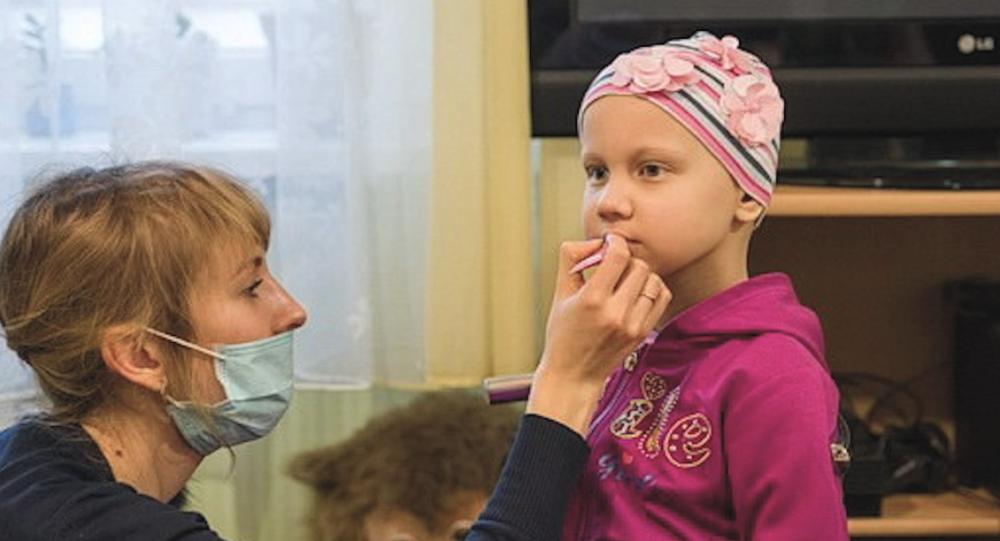 Video: Dobrovolníci v onkologickém centru pomáhají malým pacientům s rakovinou. Na dětském oddělení pořádají salon krásy