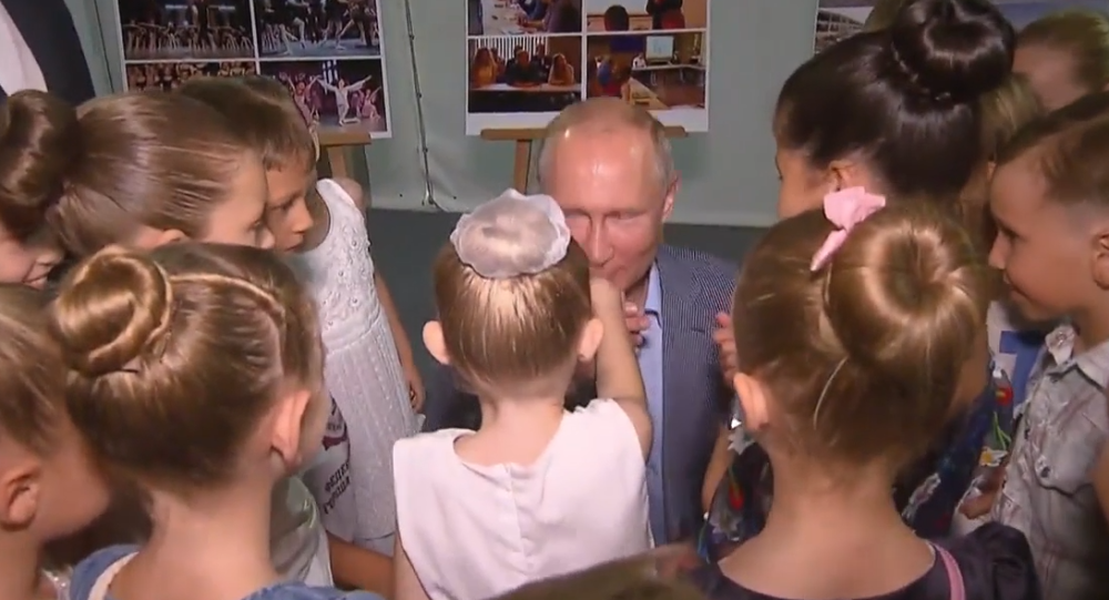 Video: Skutečný rytíř! Putin během návštěvy Krymu poklekl a políbil ruku mladé baletky