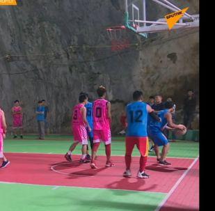 Basketbal v jeskyni: unikátní tělocvična v Číně