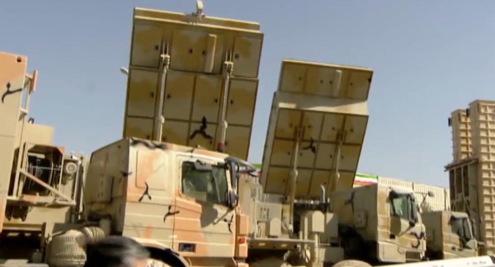 """Video: Íránský prezident prezentoval raketový komplex Bavar-373, který """"je podobný ruskému S-300"""". Je schopen detekovat až 100 cílů"""