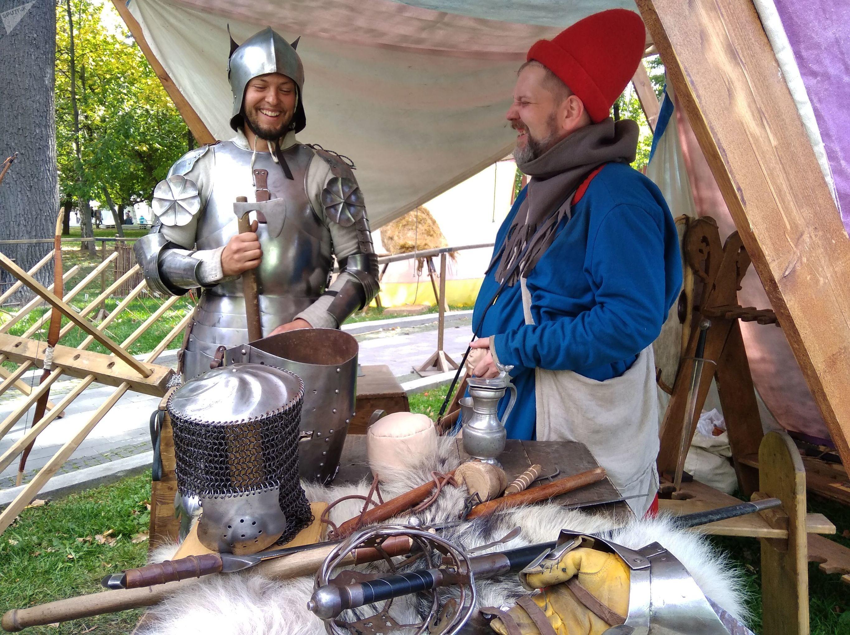 Společník rytíře nám prozradil, že to je nejskromnější rytíř na světě, což vojína rozesmálo