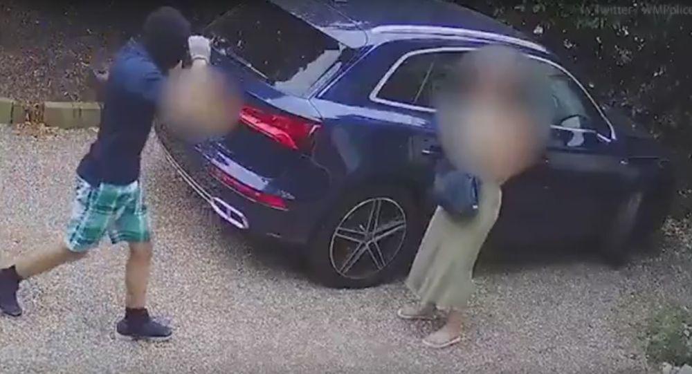 Děsivé video: Maminka tříletého dítěte bojovala se třemi zloději auta