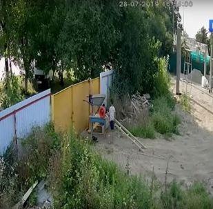 Krádež století. Video, kde dva chlapci kradou kolečko, mělo na sociálních sítích obrovský úspěch