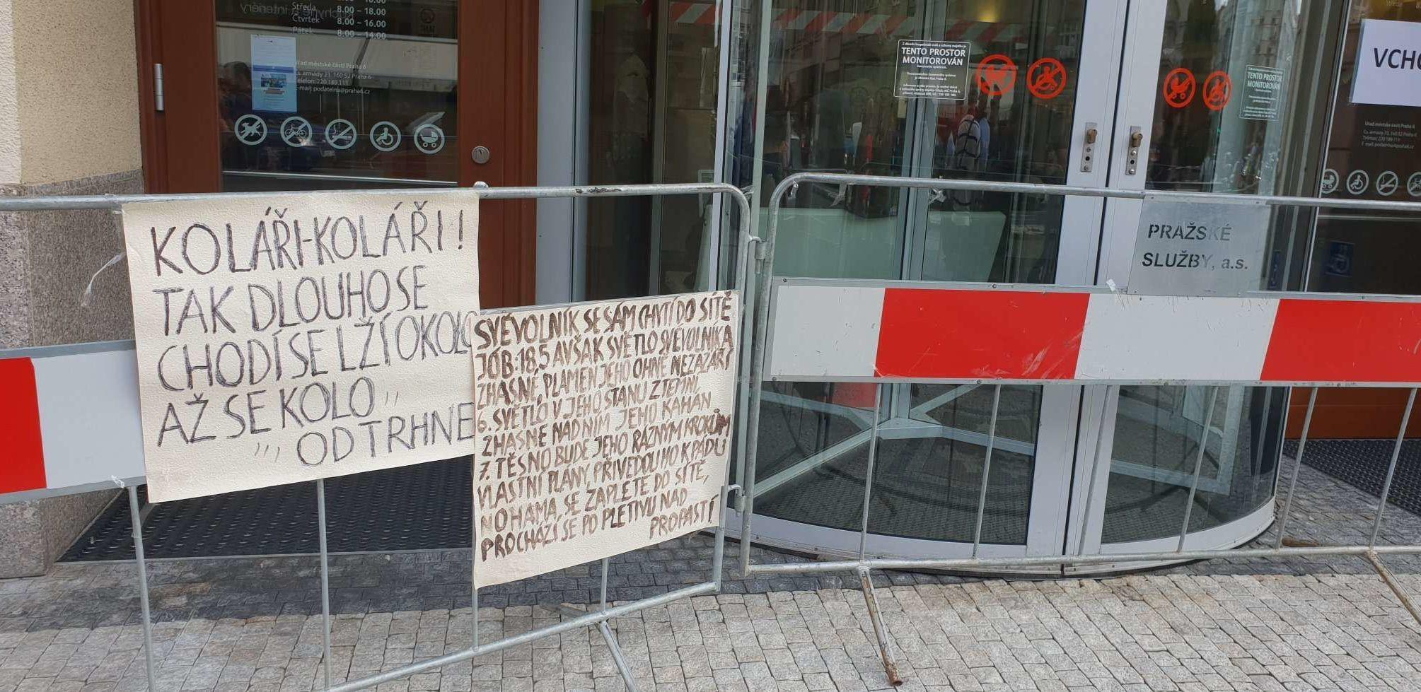 Epigramy před úřadem městské části Praha 6