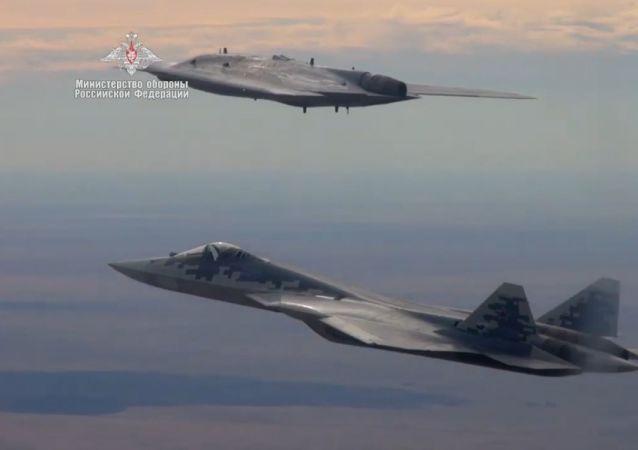 Ministerstvo obrany Ruska zveřejnilo video z letu Su-57 a dronu Ochotnik