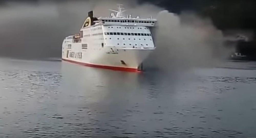 Objevilo se  video vzplanutí lodi plující do Benátek, na které bylo více než 600 lidí