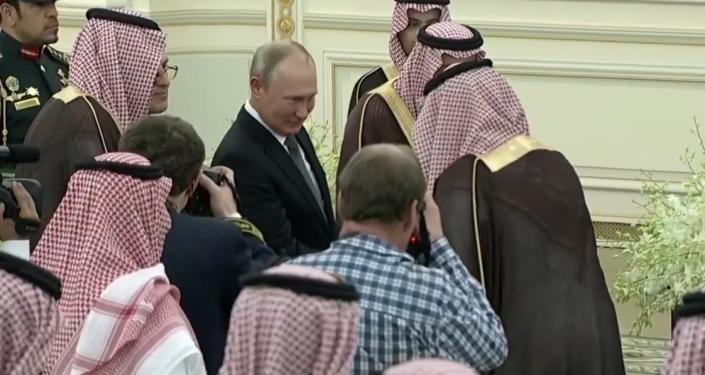 Video: Na podání ruky Putinovi se shromáždila celá fronta Saúdů
