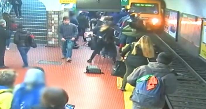 Video, které dnes šokovalo internet! Cestující metra omdlel a shodil ženu pod jedoucí soupravu