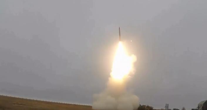 Video: Rusko předvedlo svůj Triumf S-400. Vojenské cvičení zbraně, kterou Velká Británie považuje za nejnebezpečnější