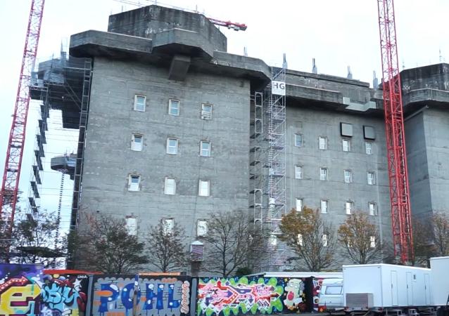 Video: Z bývalého nacistického bunkru se stane luxusní hotel se střešní zahradou