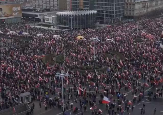 Nacionalisté pochodují ve Varšavě v Den nezávislosti Polska