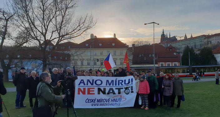 Společné foto aktivistů na mítinku proti NATO