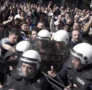 Tisícovky nespokojených Srbů při pochodu požadovaly abdikaci Vučicé (VIDEO)
