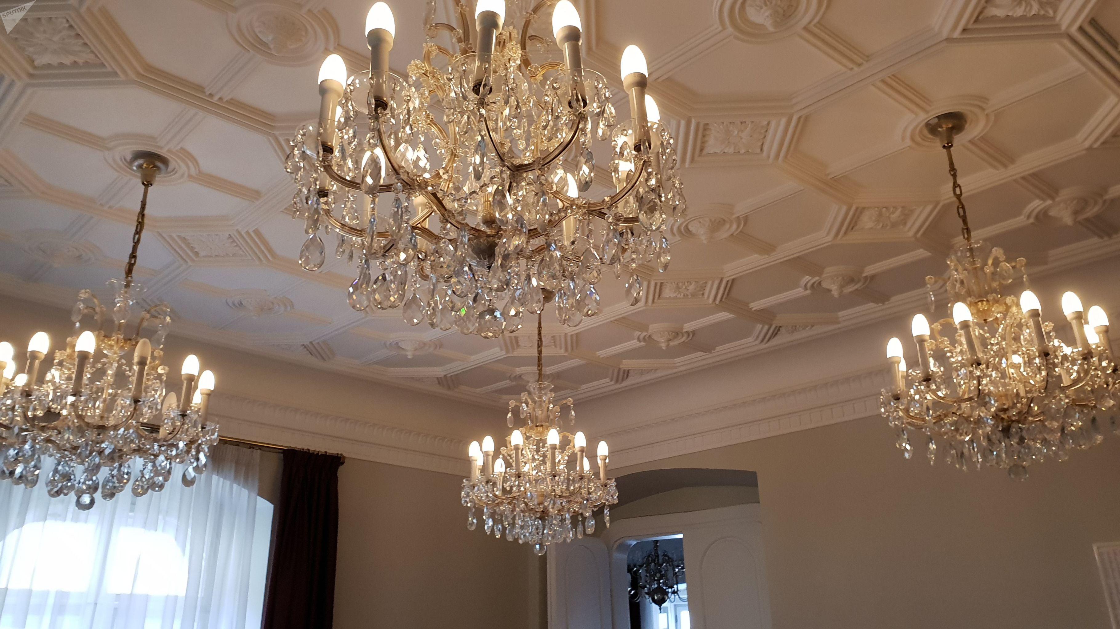 V Parlamentu jsou vysoké stropy – umožňují instalaci třeba několik středně velkých ověskových lustrů.