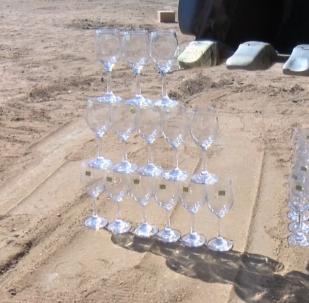 Tento Číňan lopatou bagru rozkrájí okurky a zvedá poháry