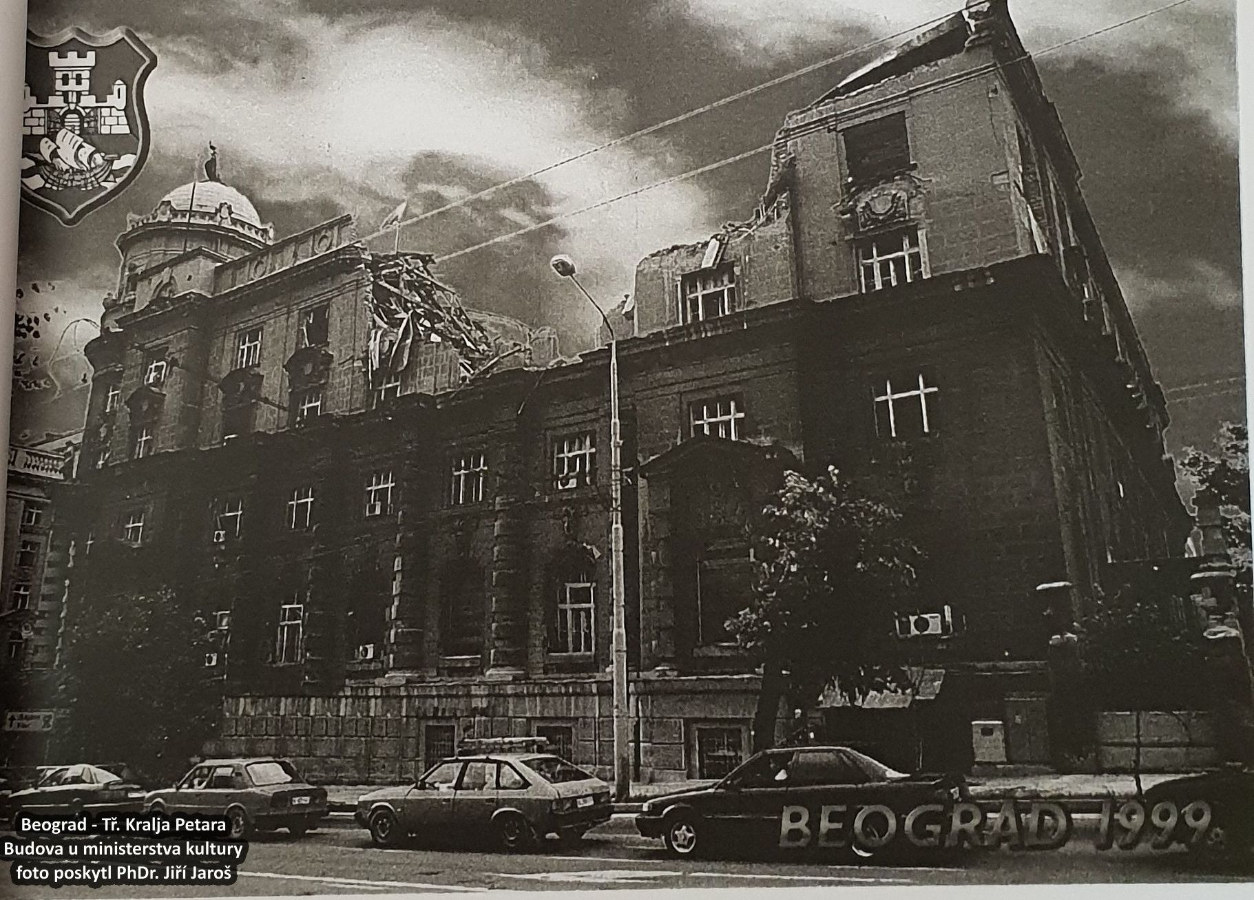 Obr. 2: Zřejmě dobový pohled ukazuje poškozenou budovu v Bělehradě během 78denní války