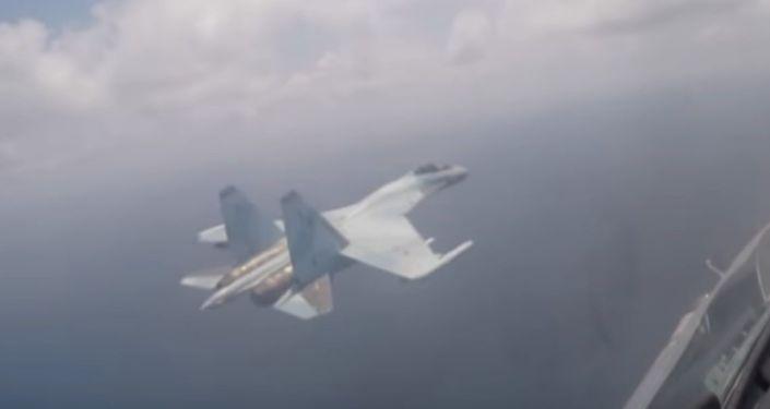 Su-35 se ubránil tepelnými pastmi (VIDEO)