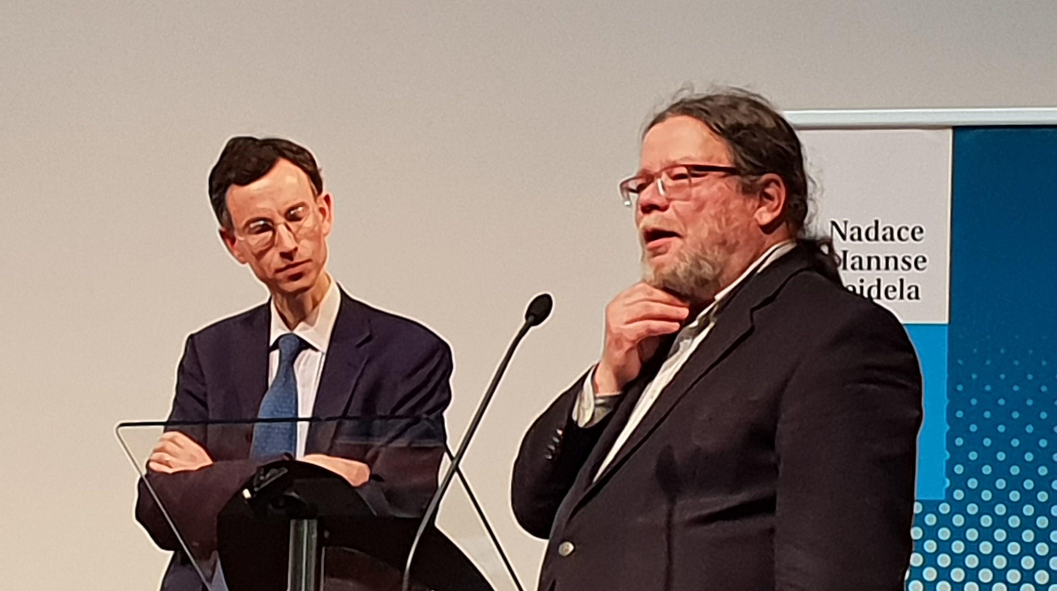 Přední britský historik Brendan Simms. Vpravo ředitel CEVRO Alexandr Vondra