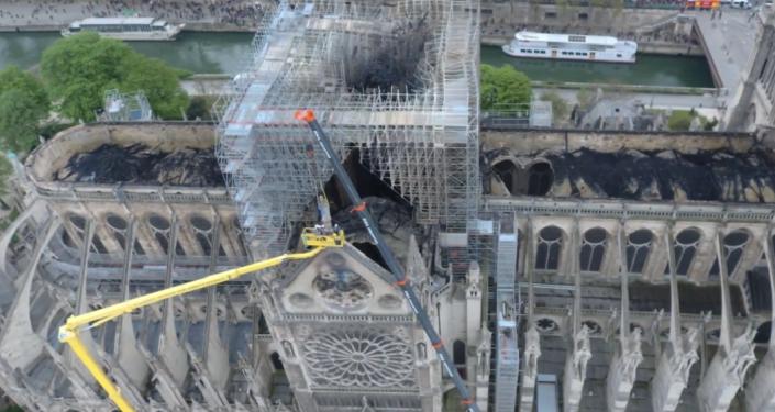 Katedrála Notre-Dame po požáru. První záběry z dronu (VIDEO)