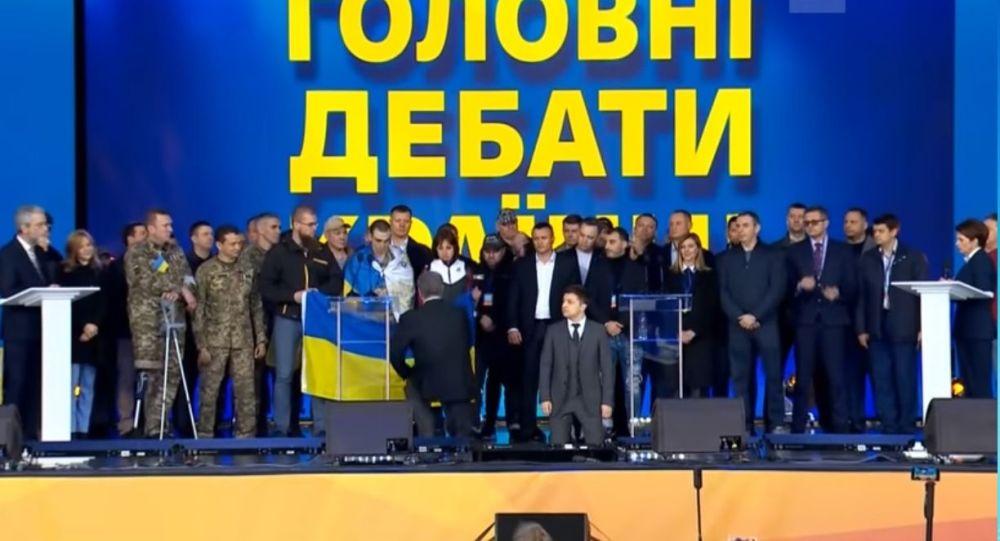Zelenskyj a Porošenko poklekli během debat (VIDEO)