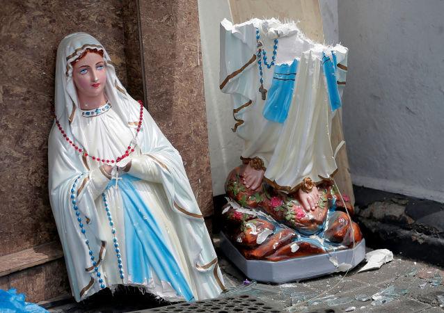 Zlomená socha Panny Marie po sérii výbuchů na Srí Lance