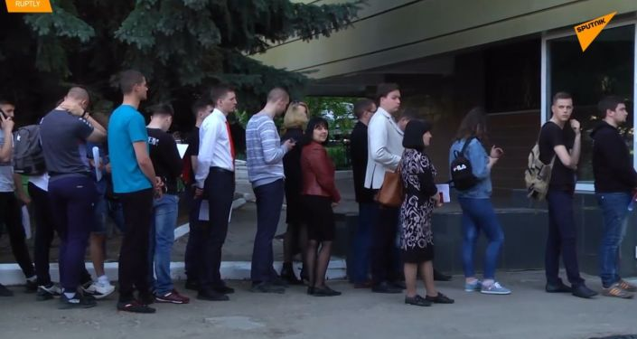Na Ukrajině tvoří velké fronty obyvatelé Luganské republiky, kteří se snaží získat ruské občanství