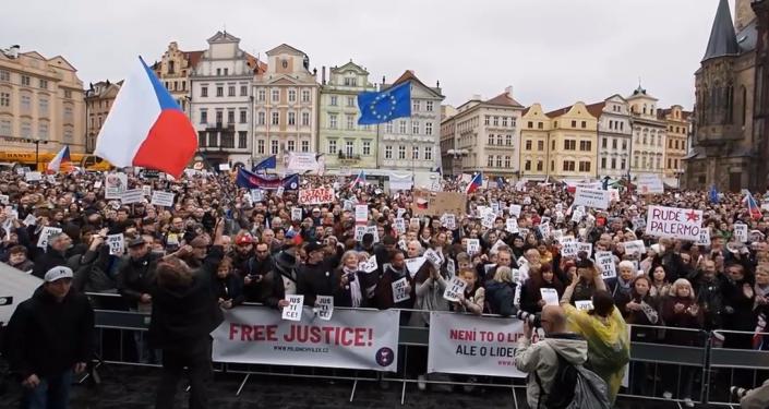 """Po celém Česku tisícovky lidí skandují  """"Nejsme slepí"""". Bouřlivé protesty proti Babišovi a Benešové (VIDEO)"""