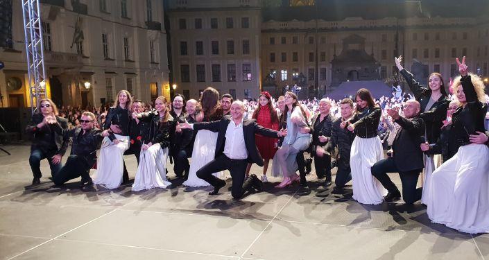 Fotografie z akce: Chór Tureckého na Hradčanském náměstí před Pražským Hradem, 10. května 2019.