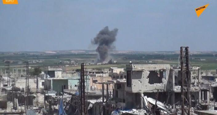 Válka v Sýrii nespí. Objevily se záběry útoku syrské armády na džihádisty
