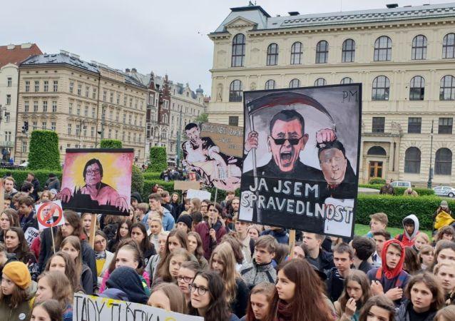 Demonstrace proti Benešové a Babišovi