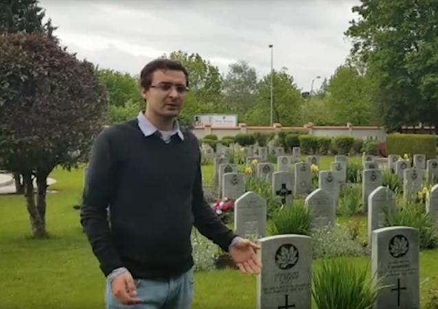 Aktivista ukázal rozdíl v hrobech sovětských vojáků a spojeneckých vojáků v Praze