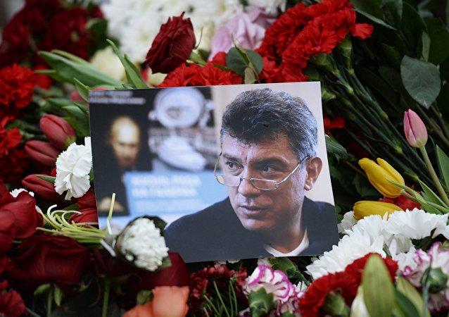 Květiny na místě vraždy Borise Němcova