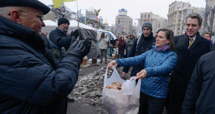 Victoria Nulandová na Majdanu v Kijevě