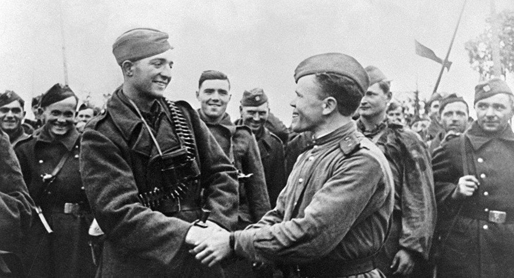 Rudoarmějci a českoslovenští vojáci