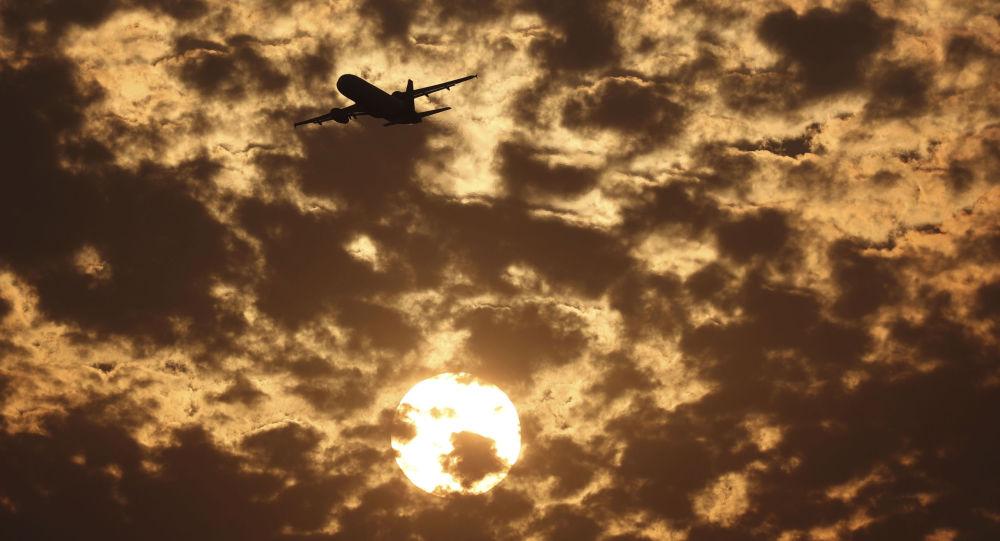 Tak to je podívaná! Cestující natočil na video křižovatku tras dvou letadel na obloze