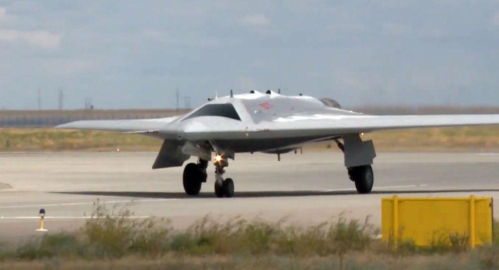 Americký expert zhodnotil perspektivy ruského útočného dronu S-70 Ochotnik po jeho bombovém útoku
